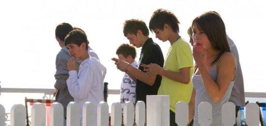 Pulman capta a relação das pessoas com os seus telemóveis no dia-a-dia  Josh Pulman