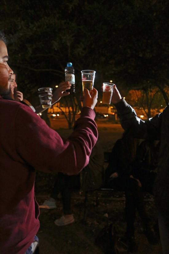 Quinta à noite, já depois de a lei ser conhecida, um grupo de jovens encontra-se na zona de Santos, em Lisboa. Optam por beber cerveja e vinho, trazido de casa numa garrafa de água
