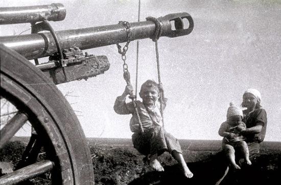 Um menino russo baloiça num canhão alemão abandonado, depois da Batalha de Estalinegrado.
