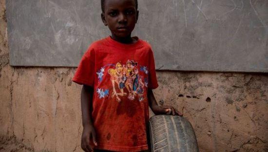 O brinquedo desta criança do Burkina Faso é um pneu velho