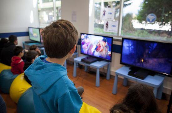 Crianças e jovens portugueses já passam um tempo considerável a utilizar o computador Enric Vives-Rubio