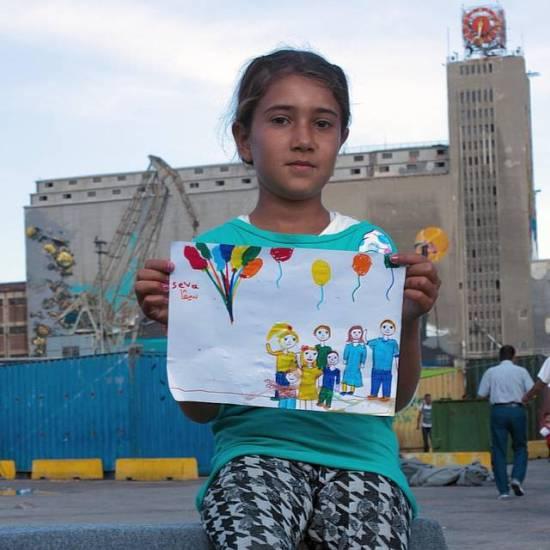 Seva Abas, 11, Síria: 'Outro dia alguém comprou balões para nós aqui no acampamento. Foi muito divertido. Então eu decidi desenhar toda a minha família, porque no dia que eu encontrar meu pai de novo (ele está na Suíça) nós vamos fazer uma grande festa. E vou abraçá-lo tanto!'