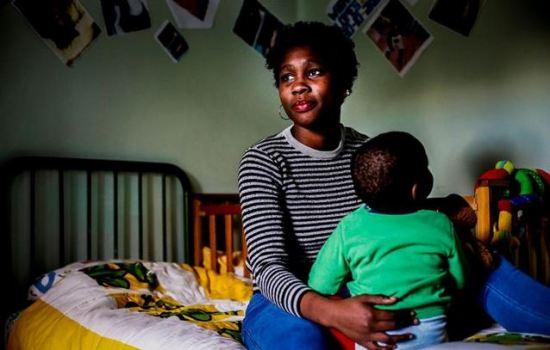 Belany tem 16 anos e um filho de um ano. Vive na casa da Associação de Humanidades, em Lisboa, mas diz que sempre teve o apoio da família   |  Pedro Rocha / Global Imagens